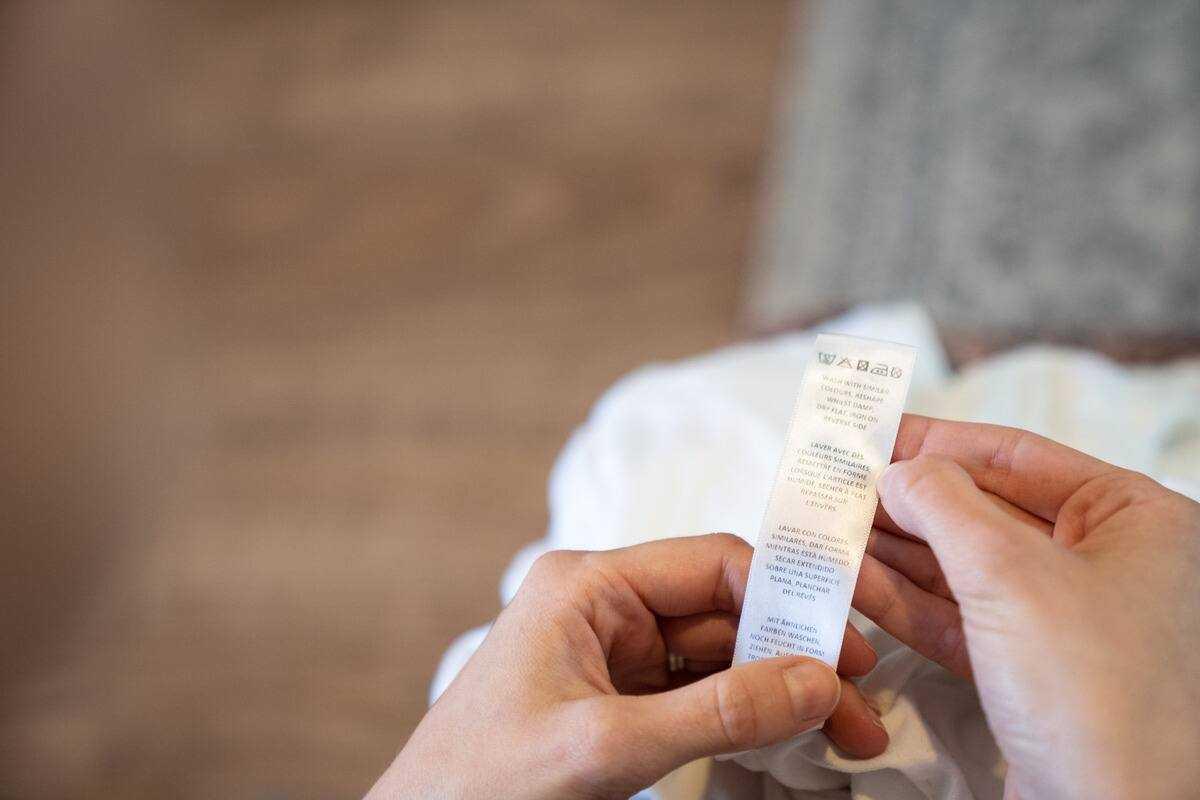 cách giặt đồ bằng tay - nên xem kỹ thông tin trên nhãn mác quần áo