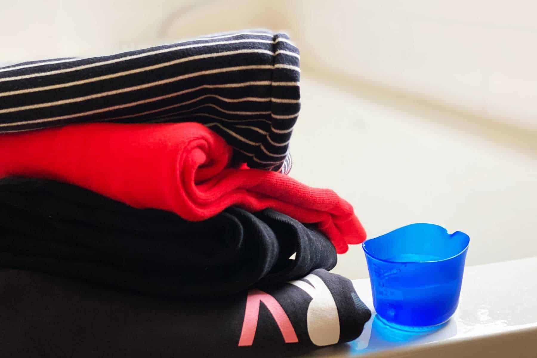 cách giặt đồ bằng tay - phân loại theo quần áo theo màu
