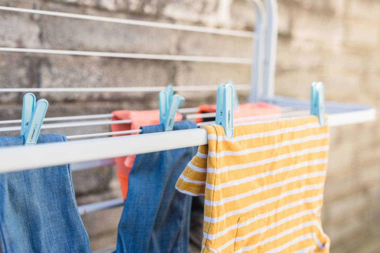 cách giặt đồ bằng tay - phơi quần áo nơi nắng nhẹ