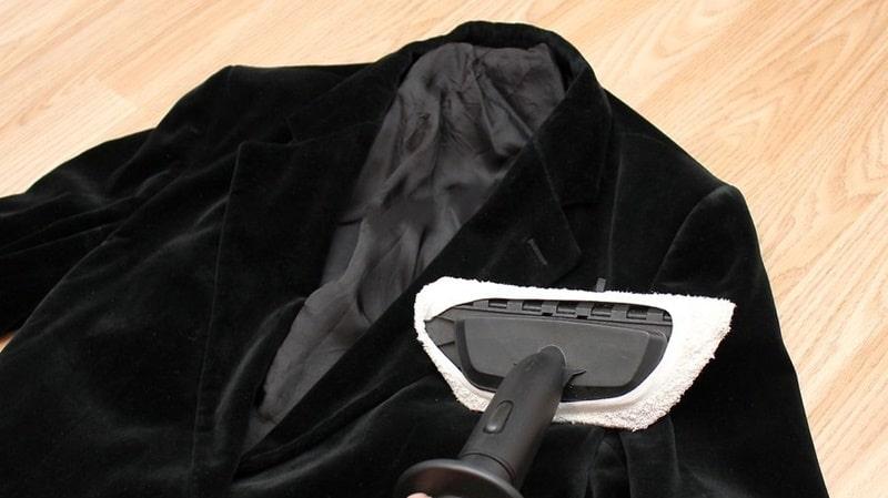 Làm thẳng quần áo nhung với bàn ủi hơi nước