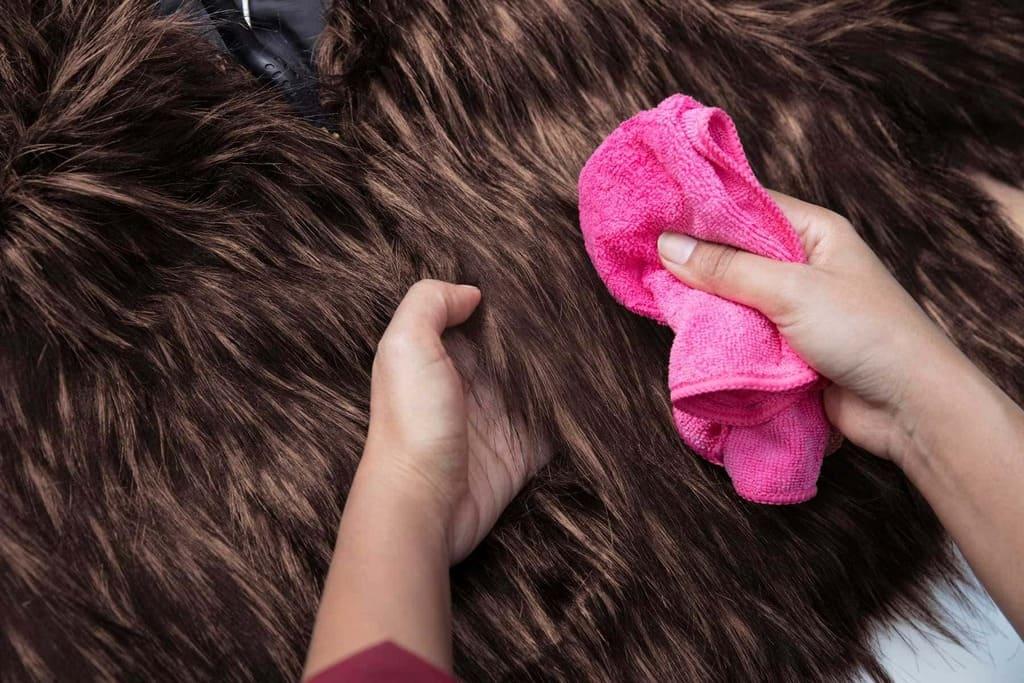Áo khoác lông cừu: Nên giặt khô hay giặt nước?