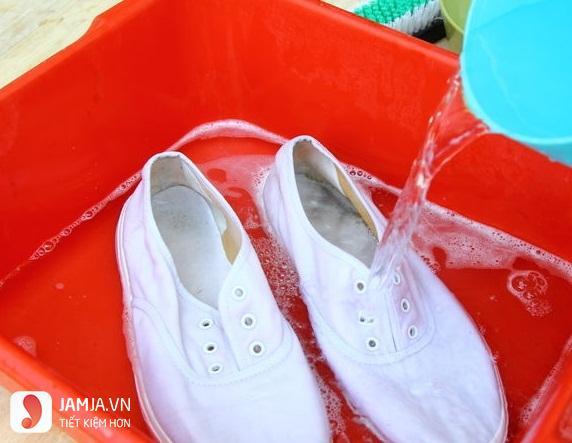 cách giặt giày trắng bị ố vàng2
