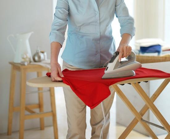 Giặt là quần áo cẩn thận để giảm khả năng bị ẩm mốc